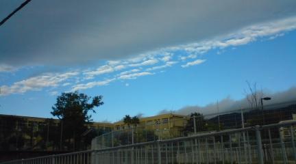 曇り空と青空