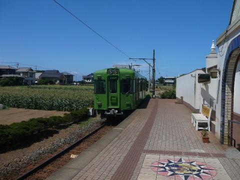 犬吠駅を出る銚子電鉄