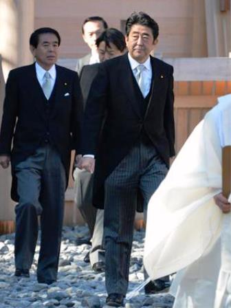伊勢神宮外宮を参拝する安倍首相ら=6日午後p1
