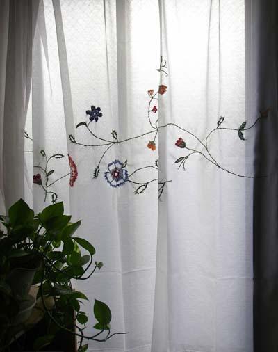 刺繍したカーテン