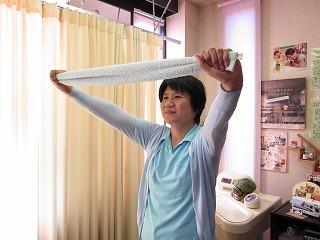 しっかりとタオルを握ります。