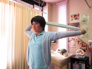 右腕を曲げます。