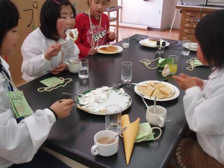 25sレストラン4人がパンケーキ食べる.JPG