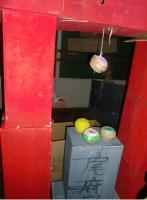 1.sお化け屋敷・鳥居と墓の上のドーナツ.JPG