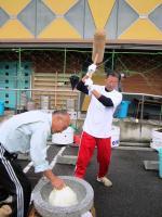 10.11.06 文化祭での餅つき1