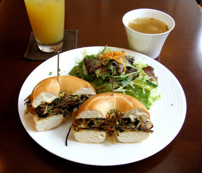『PRIUS CAFE(プリュスカフェ)』の五目きんぴらベーグルサンド