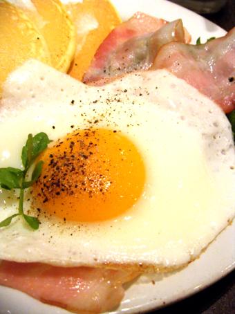 『j.s. pancake cafe(ジェイエス パンケーキカフェ)』のB.L.Tパンケーキ