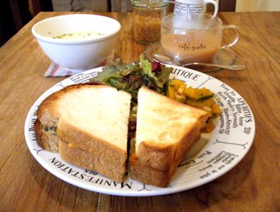 『カフェ・キャトル』の豆のペーストと野菜のサンド