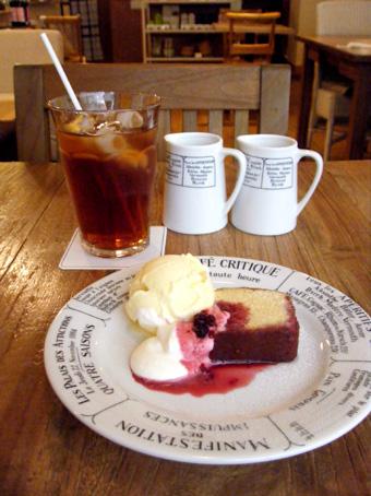 『カフェ・キャトル』のベリーソースのアーモンドケーキ
