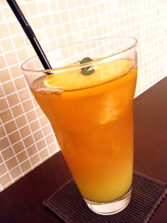 『PRIUS CAFE(プリュスカフェ)』のオレンジアイスティー