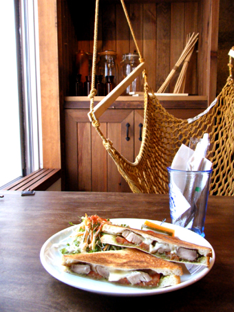 『Swing Chair & Hemp Cafe 麻よしやす』のバジルチキンのホットサンド