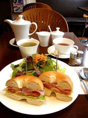 『PRIUS CAFE(プリュスカフェ)』のハム&サラダベーグルサンド