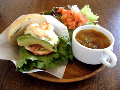 『LOWER EAST SIDE CAFE(ローワー・イーストサイド・カフェ)』のえびとアボカド