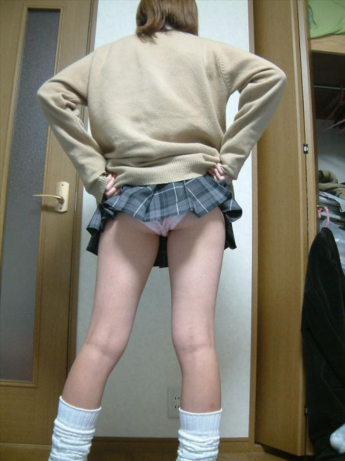 【三次・エロ画像】自分からミニスカートをめくり上げて見せパンしちゃうJK! 27枚 part.9 No.10