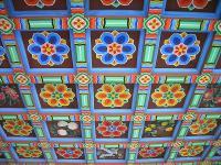 極彩色の韓国の建物の天井