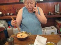 先生はキムチ冷麺みたいなのを食べてます
