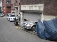 駐車場からはみ出した車