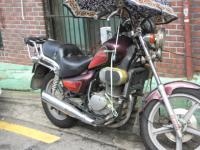 一応雨よけの傘をさしてるけどエンジン回りガムテープ貼ってるバイク