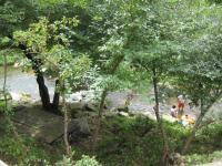 目の前は川です。水遊びしている人がいます。