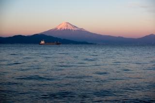 夕陽を背に赤みを帯びる富士