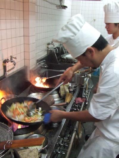 2010_0925海鮮を炒める料理長