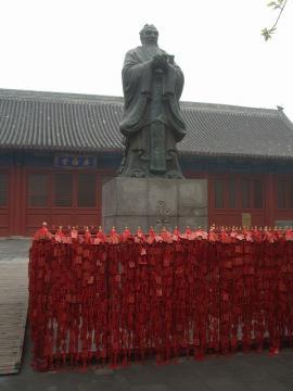 孔子様の周りにある赤い物は。。