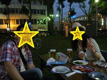 ビールを飲む職場の人々