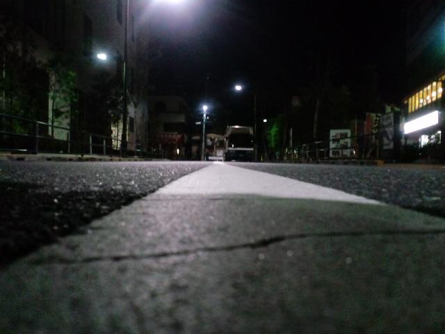 夜の道路のど真ん中!