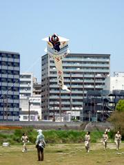 くまモン大凧が舞う!春日校区大凧あげ大会。