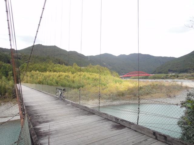 赤い吊り橋