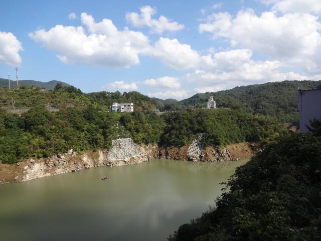 小里川ダム湖畔