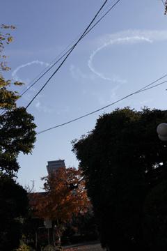 旋回の飛行機雲