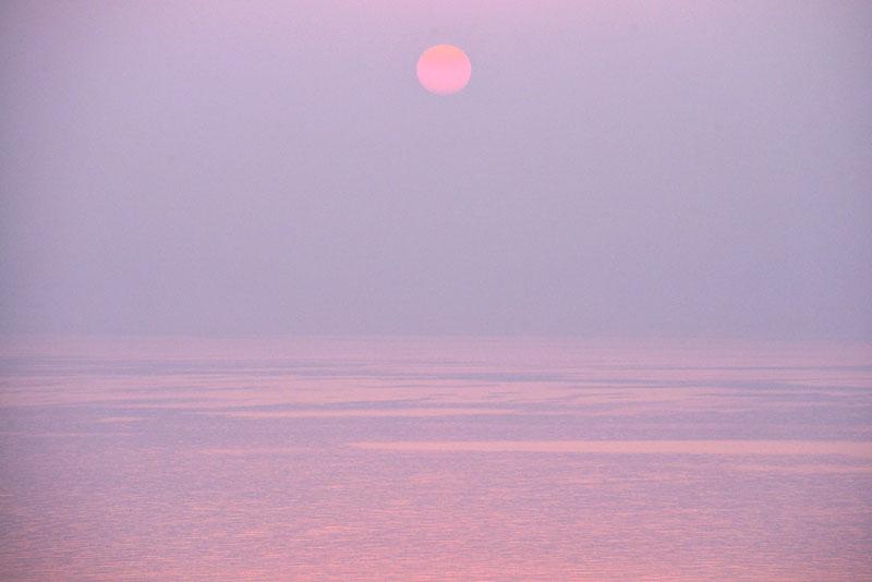 霞む朝陽 (香川県 さぬき市 志度町 大串)