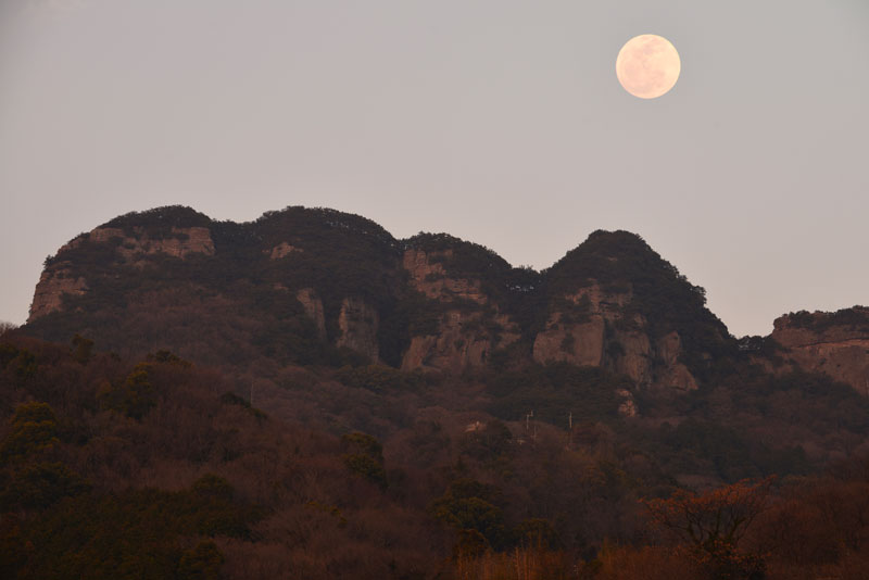 満月 五剣山2 (香川県 高松市 牟礼町)
