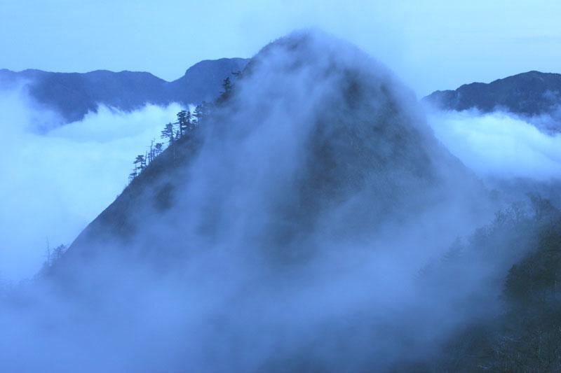 雲湧く子持権現山 (愛媛県 西条市 子持権現山)