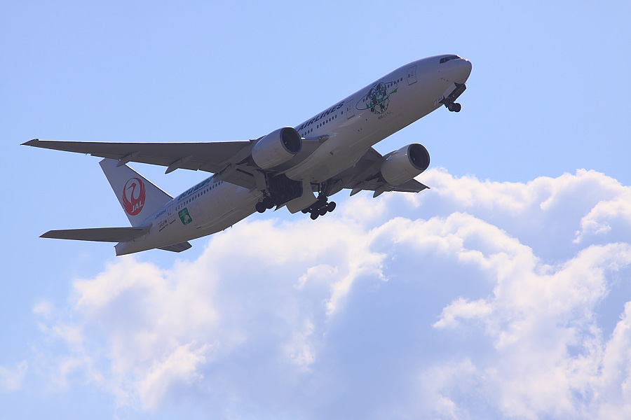 JAL B777-246 JAL114@下河原緑地展望デッキ(by EOS 50D with SIGMA APO 300mm F2.8 EX DG/HSM)