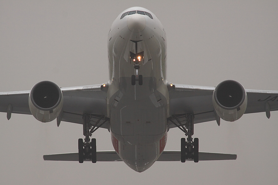 JAL B777-246 JAL102@RWY14Rエンド・猪名川土手(by EOS50D with SIGMA APO 300mm F2.8 EX DG/HSM + APO TC2x EX DG)