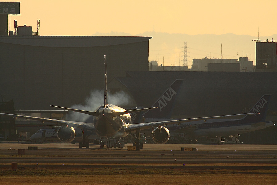 ANA B777-281 ANA14@RWY14Rエンド猪名川土手(by EOS 50D with SIGMA APO 300mm F2.8 EX DG/HSM + APO TC2x EX DG)