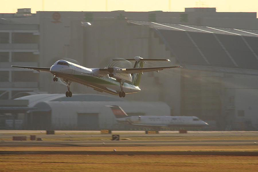 AKX DHC-8-402Q ANA1657@RWY14Rエンド猪名川土手(by EOS 50D with SIGMA APO 300mm F2.8 EX DG/HSM + APO TC2x EX DG)