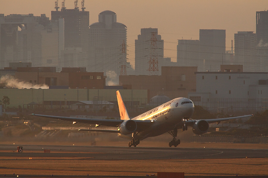 JAL B777-246 JAL102@下河原緑地展望デッキ(by EOS 50D with SIGMA APO 300mm F2.8 EX DG/HSM + APO TC2x EX DG)