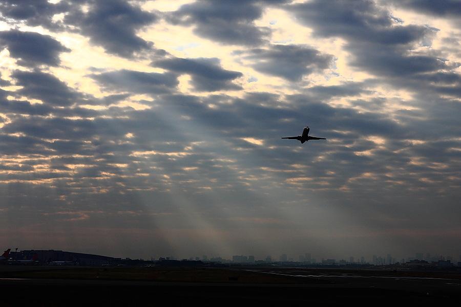 光芒射す/J-AIR CRJ-200ER JAL2383@エアフロントオアシス下河原(by EOS 40D with SIGMA 18-50mm F2.8 EX DC MACRO)
