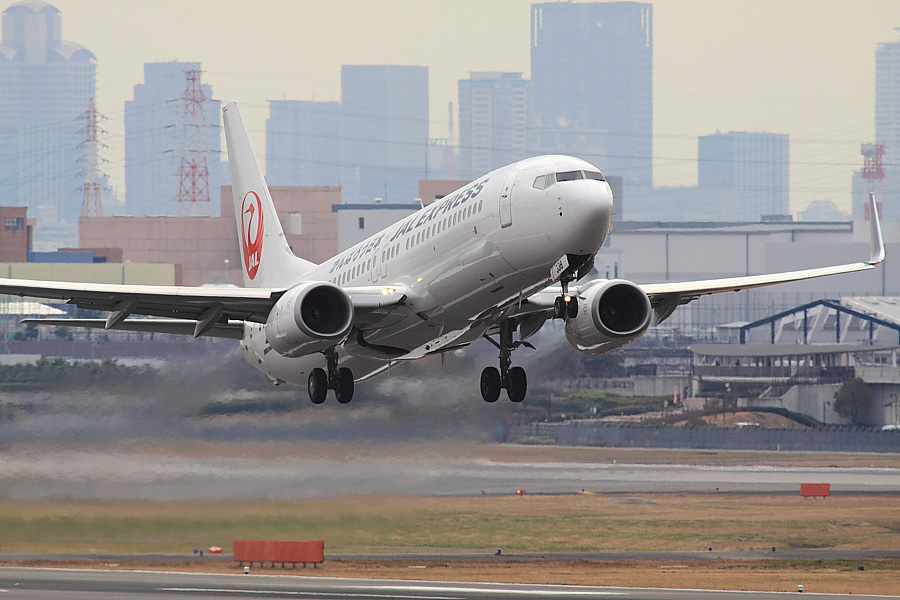 JEX B737-846 JAL2465@下河原緑地展望デッキ(by EOS 50D with SIGMA APO 300mm F2.8 EX DG/HSM + APO TC2x EX DG)