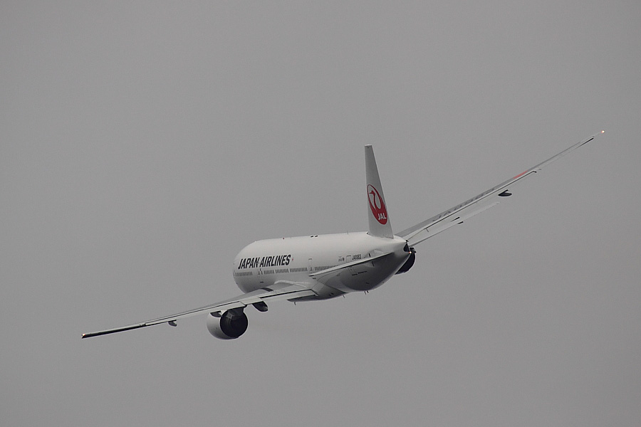 JAL B777-246 JAL110@RWY14Rエンド猪名川土手(by EOS 50D with SIGMA APO 300mm F2.8 EX DG/HSM + APO TC2x EX DG)