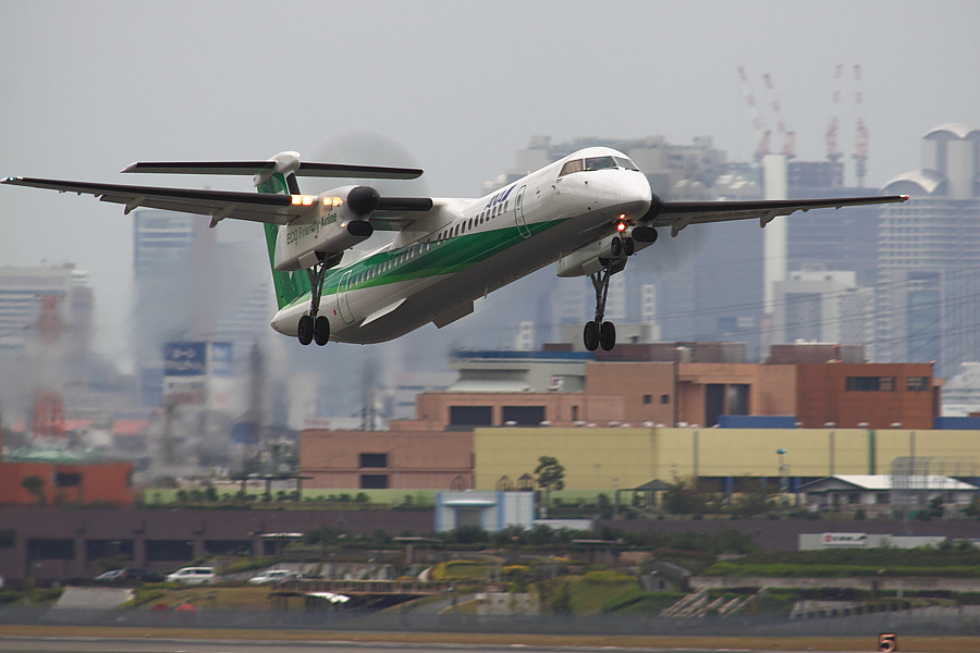 AKX DHC-8-402Q ANA1661@下河原緑地展望デッキ(by EOS 50D with SIGMA APO 300mm F2.8 EX DG/HSM + APO TC2x EX DG)