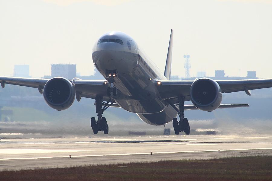 JAL B777-346ER JAL3002@RWY14Rエンド・猪名川土手(by EOS 50D with SIGMA APO 300mm F2.8 EX DG/HSM + APO TC2x EX DG)