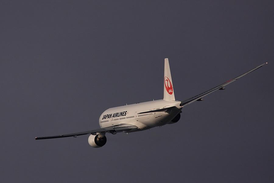 JAL B777-246 JAL124@RWY14Rエンド猪名川土手(by EOS 50D with SIGMA APO 300mm F2.8 EX DG/HSM + APO TC1.4x EX DG)