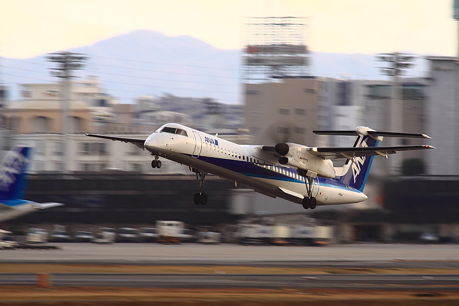 AKX DHC-8-402Q ANA1667@RWY14Rエンド猪名川土手(by EOS 50D with SIGMA APO 300mm F2.8 EX DG/HSM + APO TC2x EX DG)