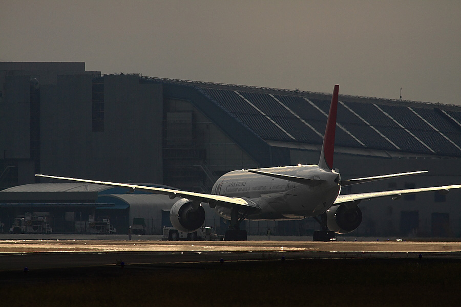 光の翼/JAL B777-346ER JAL3002@エアフロントオアシス下河原(by EOS 50D with SIGMA APO 300mm F2.8 EX DG/HSM + APO TC2x EX DG)