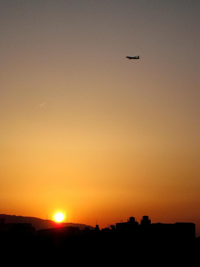 今日の夕空&ANA B777-281 ANA36@RWY14Rエンド・猪名川土手(by IXY DIGITAL 910IS)