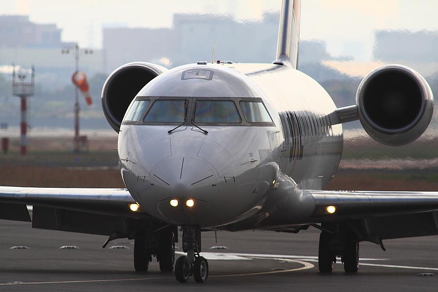 チビデカ/J-AIR CRJ-200ER JAL2234@エアフロントオアシス下河原(by EOS 50D with SIGMA APO 300mm F2.8 EX DG/HSM + APO TC2x EX DG)